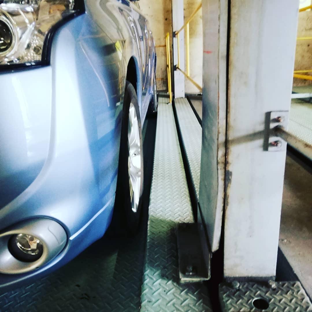 歯医者さんへ  毎回ここの立体駐車場的な作りの駐車場 あたりそうな場所がいっぱいある。 それに狭い。  前のスペースも狭すぎて 切り返し20回ドキドキ  がつーん と音がなったらどうしようとびびりながら、車庫入れ。 (保険料が上がるのは💦困るー)  左側 空きは5センチ。  右側見てみるとタイヤとの間、1ミリもなかった😱 ひえー!ホントにギリギリ  はー、命が縮まる。  運転の技術が上がったということで🚗💨⤴️👆