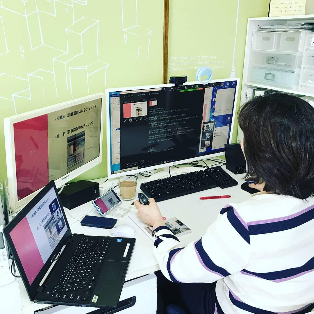 カタフェスの練習中! ↑ デジタル部分の🖥💻🖱 自宅講座や外部講座では テレビやプロジェクターに繋ぐことが多いのですが zoom WEB講座の場合は マルチディスプレイモニターとノートパソコンと、スマホを利用して😅 何をどう切り替えるか?がうまく行くのか? というところです。 結局、デュアルモニターは、縦より、横向きの方がスライドが見やすくなるのでくるりと変えました。 🔵参加するからには結果を出さなきゃ💪あかん! 🔵カタフェスではなにか片付けんとあかん🤮とか思わず 気負わないで、 片付けしてみたいけど自分ではなかなか進まないー そんな方に、軽く聞いてもらって、 一つでも 『あーそーなんだ!  あ!こんなんいらんやん。  なんでコレ今まで持ってたんや?』に気づいていただくきっかけになれば嬉しいなと。 ドキドキワクワクな一日に。 #カタフェス #ステイホーム #stayhome  #片付け #おかたづけレッスン #大阪豊中 #整理収納 #自宅レッスン #大阪 #北摂 #セミナー #お片付け #ライフオーガナイザー #講座 #収納公開 #リユース #豊中 #DIY #フォロー #フォローミー #フォロー歓迎
